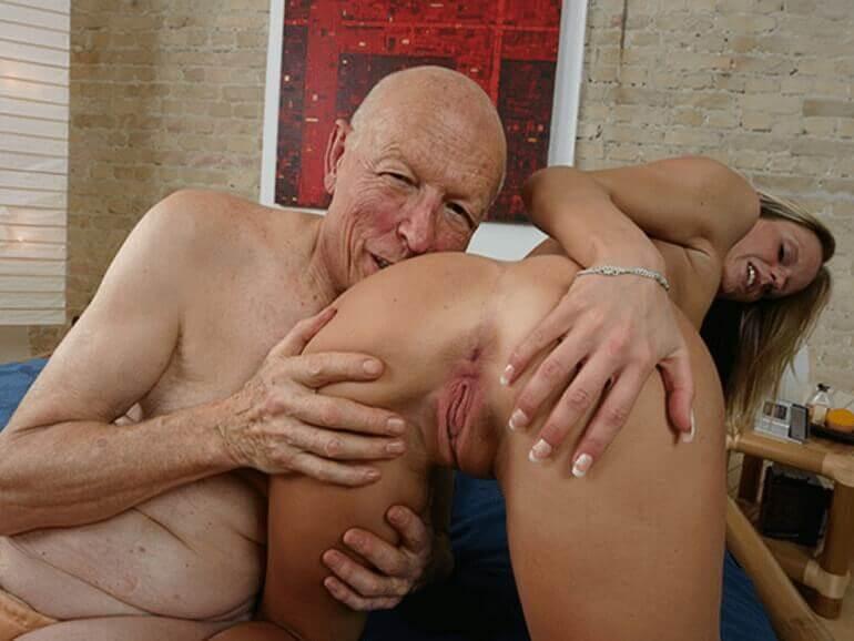 Perverser Opa leckt die feuchte Arschfotze seiner Enkelin