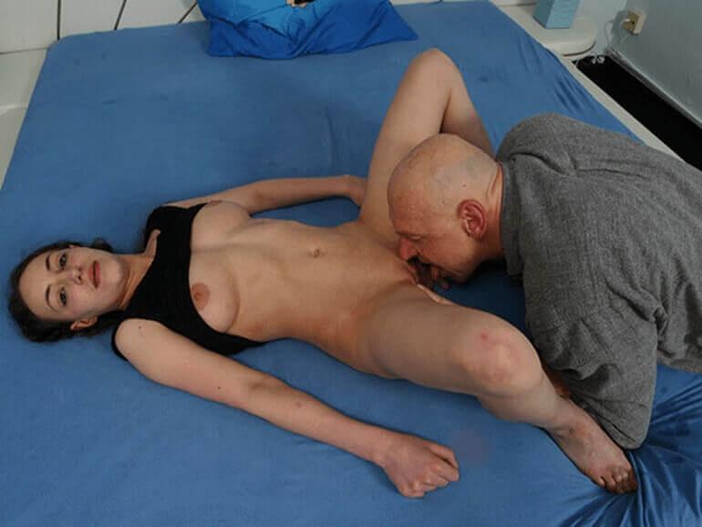 Versauter Vater leckt die enge Muschi seiner Tochter